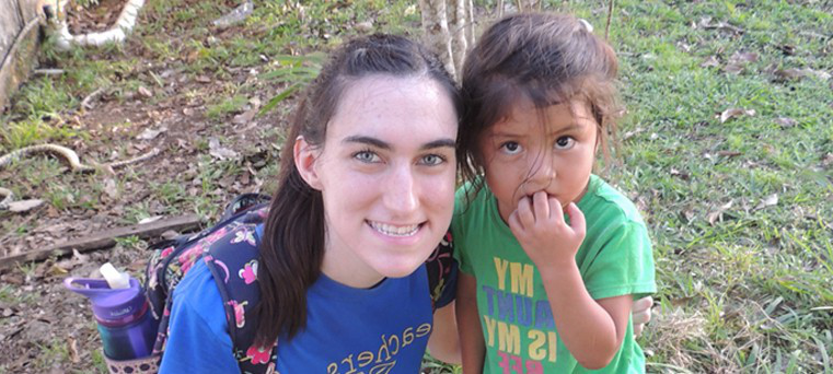 bt365app下载 student, Tiffany Plummer, with Belize student.